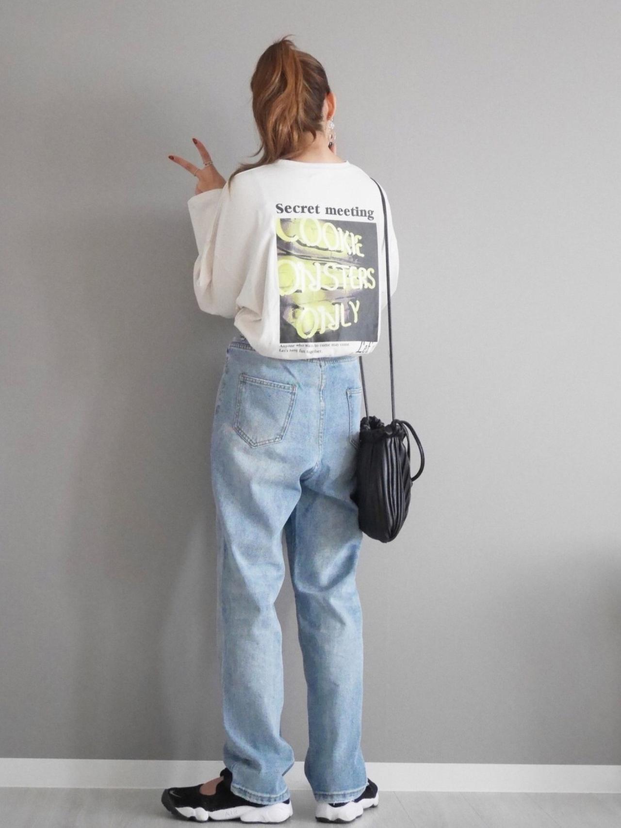 画像: 【CORNERS】ネオンフォトプリントビッグロングTシャツ 3,190円(税込)【CORNERS】ストレートデニムパンツ 2,970円(税込)【CORNERS】プリーツ巾着バック 4,290円(税込)【NIKE】NIKE ナイキ エア リフト ブリーズ 10,450円(税込)