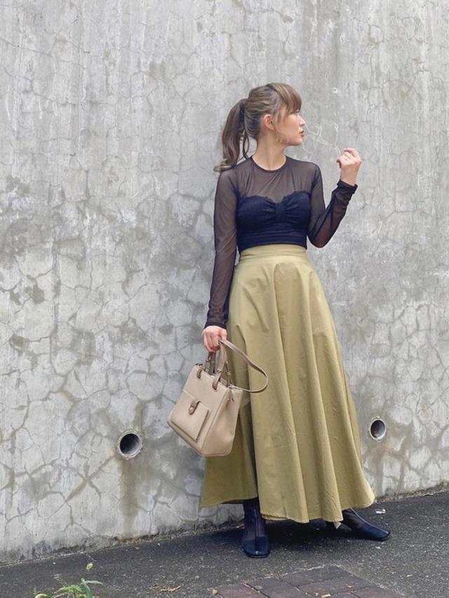 画像: 【AMERI】トップス ¥15,400 (税込)【fifth】スカート ¥5,159 (税込)【Neuna】ブーツ ¥5,940 (税込)