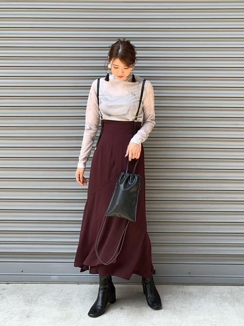 画像: 【STUDIOUS】Tシャツ ¥12,100 (税込)【STUDIOUS】スカート ¥15,400 (税込)【STUDIOUS】バッグ ¥7,700 (税込) 【STUDIOUS】ブーツ ¥13,200 (税込)