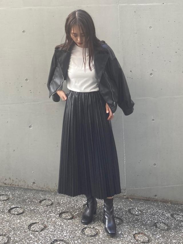 画像: 【AS KNOW AS PINKY】エコレザープリーツスカート6,490円  胸元ロゴラウンドロンT4,730円 エコレザーライダースジャケット8,250円
