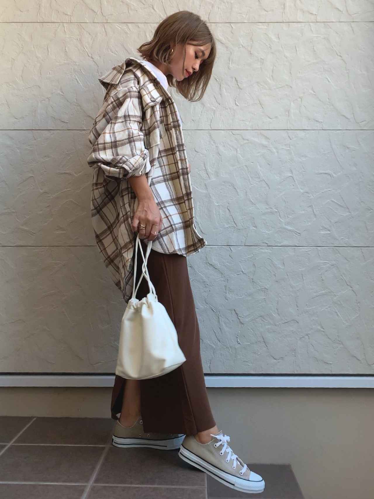 画像: 【Pierrot】スカート ¥2,519(税込)【Aunt Marie's】シャツ ¥6,050(税込)【DHOLIC】バッグ ¥3,575(税込)