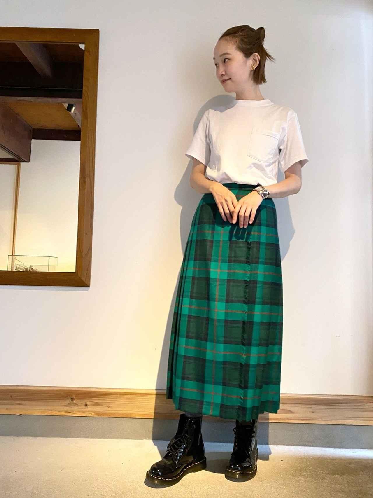 画像: 【BEAUTH&YOUTH】スカート2万5300円(税込) 【Dr.Martens】ブーツ2万6400円(税込)