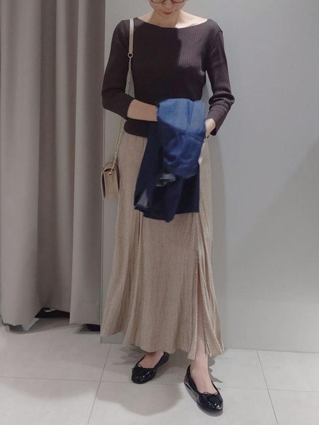 画像: 【FONCE】ニット1万4850円(税込) 【Rouge vif】シャツ1万9800円(税込) 【Rouge vif】スカート2万900円(税込)