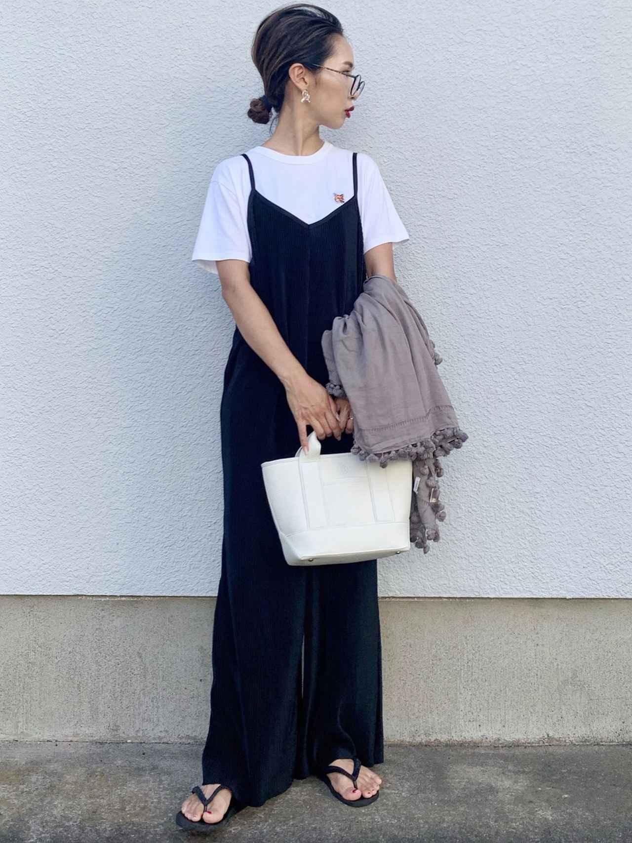 画像: 【MAISON KITSUNE】Tシャツ1万5400円(税込) 【Shelly island】サロペット3080円(税込)