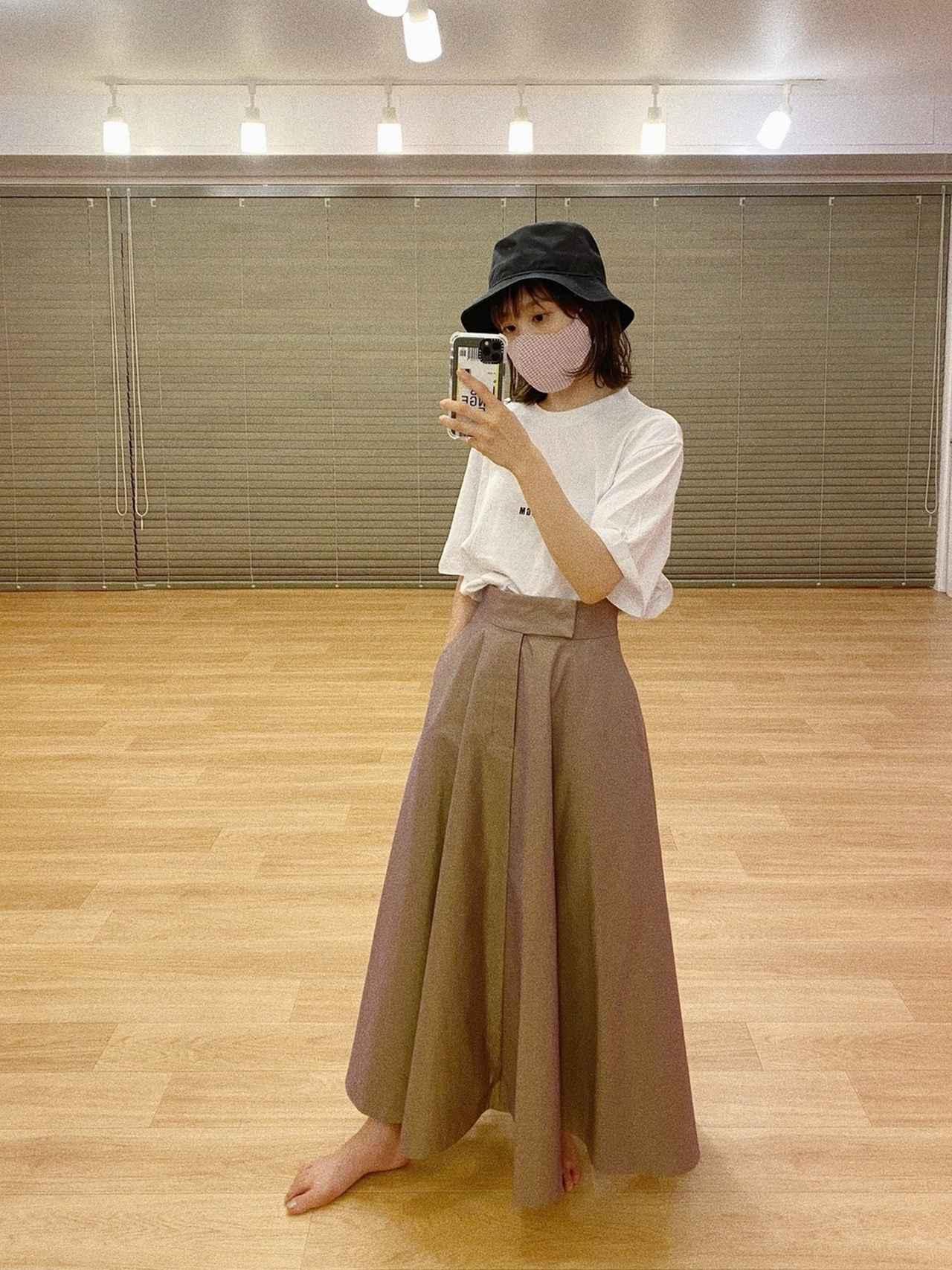 画像: 【CLANE】スカート2万6400円(税込) 【NEW ERA】ハット5060円(税込) 【MSGM】Tシャツ1万〜2万円(税込)