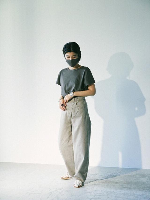 画像: 【BLACK BY MOUSSY】Tシャツ・カットソー9350円(税込)【BLACK BY MOUSSY】デニムパンツ1万7600円(税込)