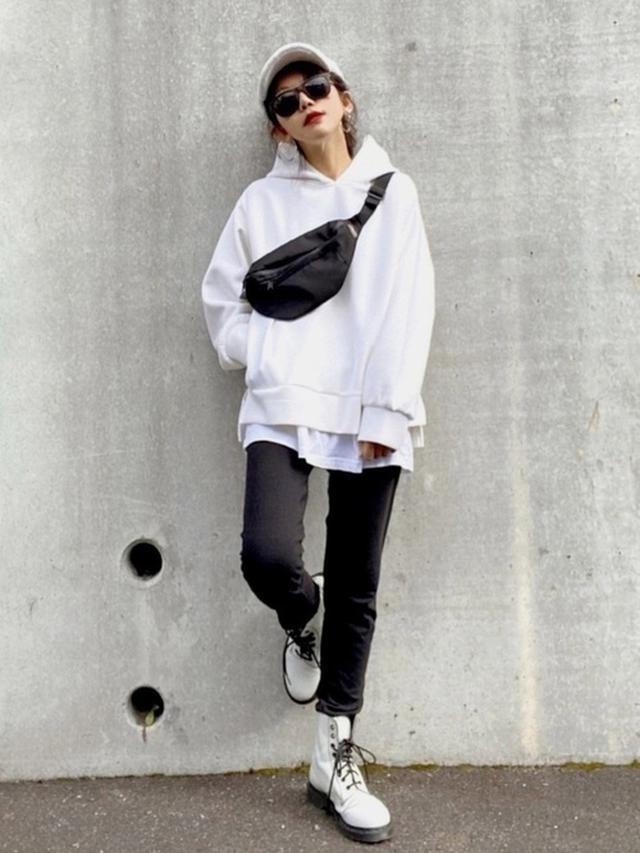 画像: 【Ambre Neige】パーカー4290円(税込)【Dr.Martens】ブーツ2万6400円(税込)【GU】キャップ1089円(税込)