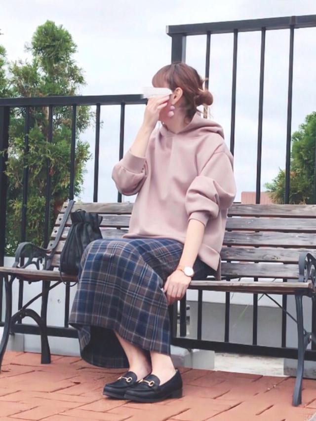 画像: 【Ambre Neige】パーカー4290円(税込)【GU】チェックナロースカート2189円(税込)【GU】ビットローファー2739円(税込)
