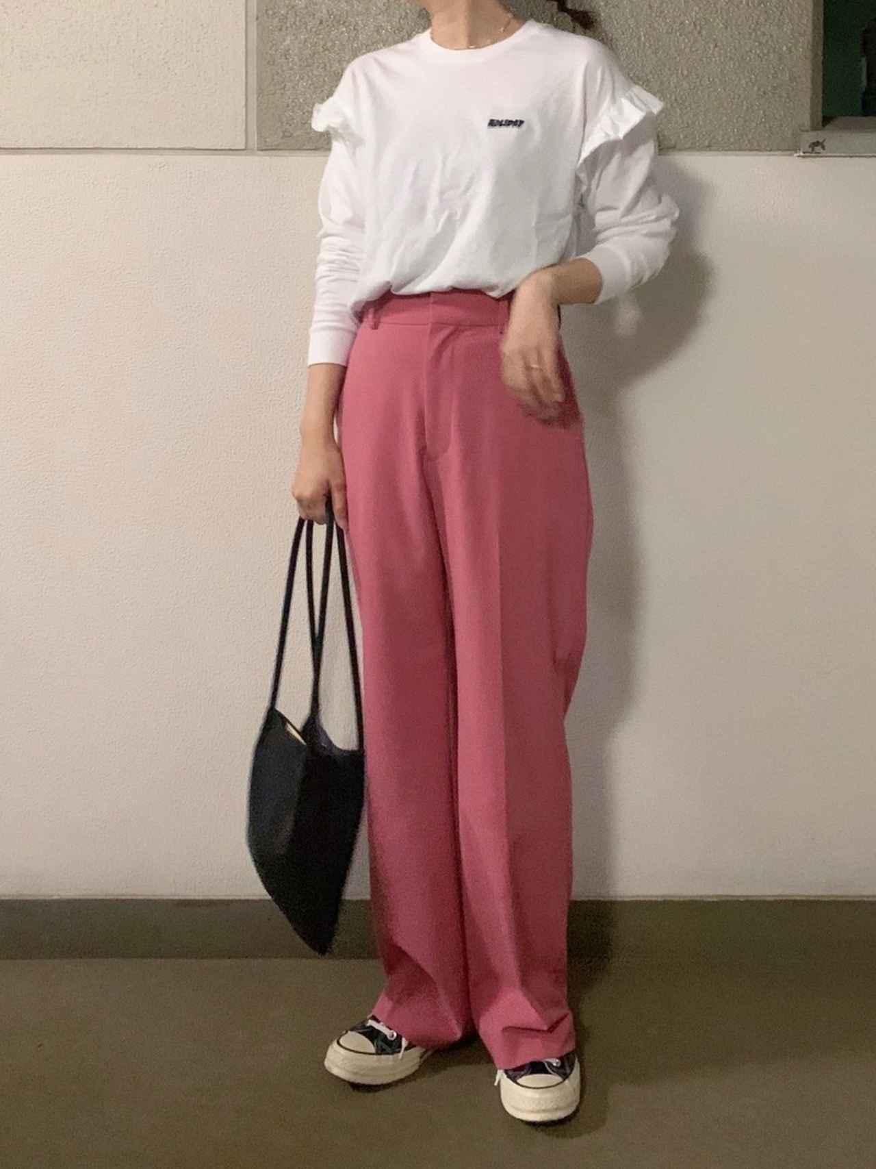 画像: 【SNIDEL】パンツ ¥12,100(税込)【HOLIDAY】カットソー ¥15,180(税込)