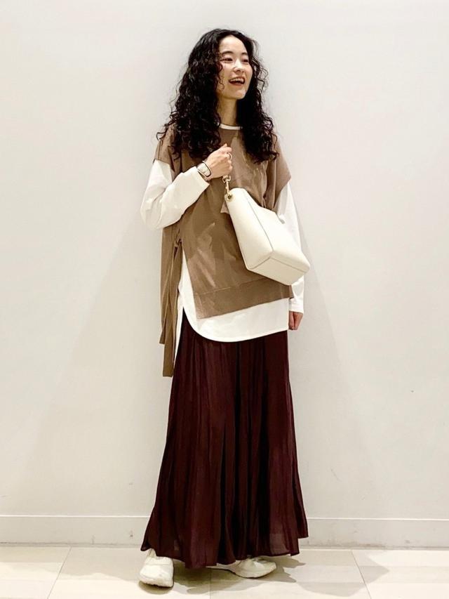 画像: 【GLOBAL WORK】スカート ¥5,390(税込)シャツ ¥2,090(税込)ベスト ¥3,850(税込)