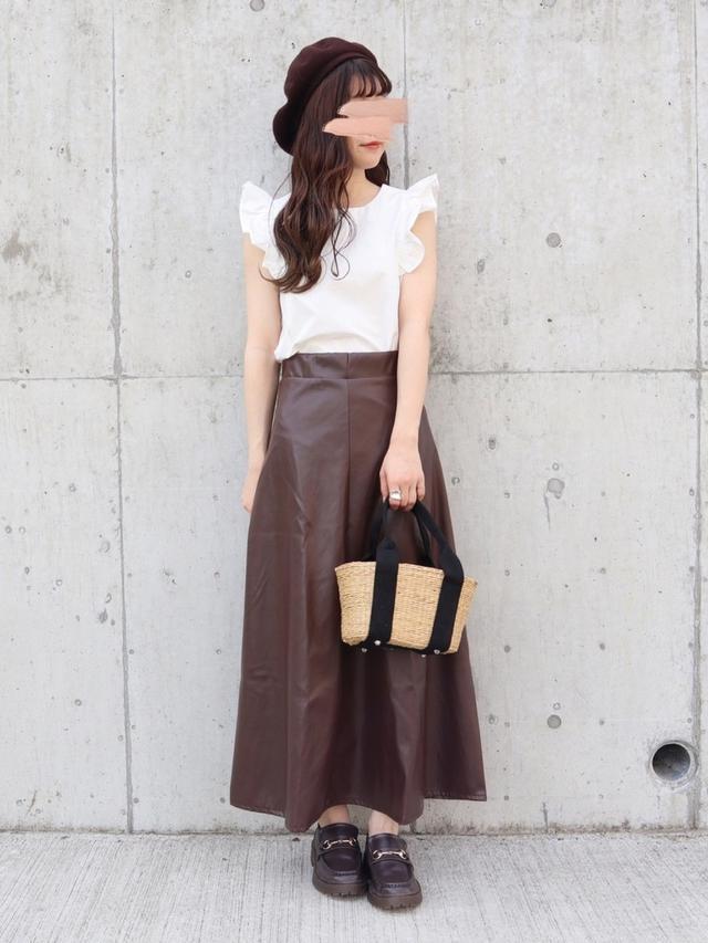 画像: 【GRL】スカート ¥2,240(税込)【ITEMS URBAN RESEARCH】ブラウス ¥4,290(税込) 出典:WEAR