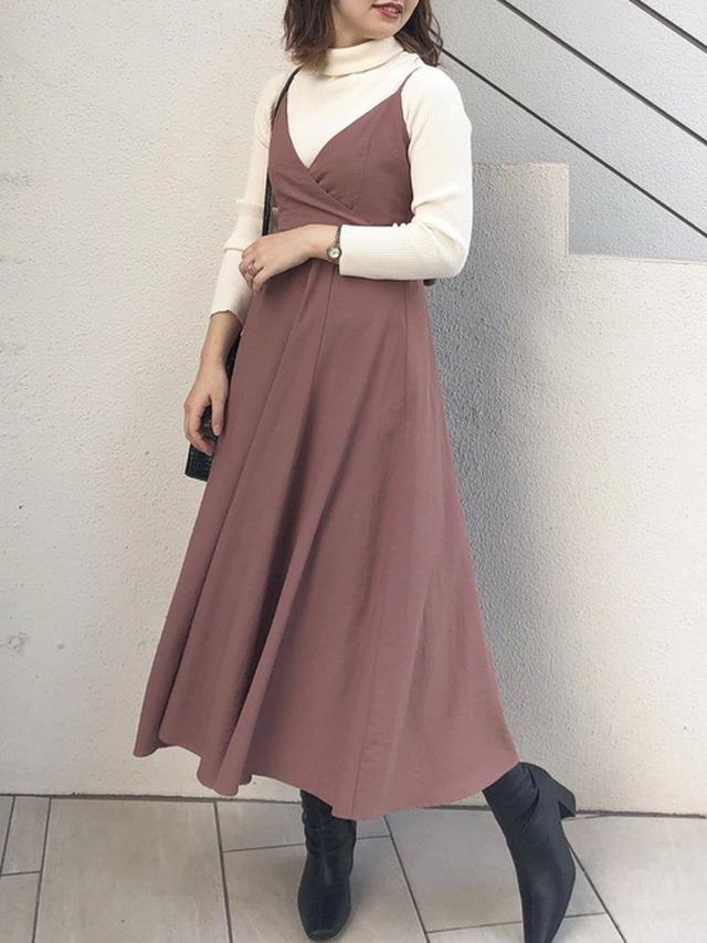 画像: 【natural couture】キャミワンピース¥5,390(税込)ミドルブーツ¥5,390(税込)ショルダーバッグ¥3,850(税込) 出典:WEAR