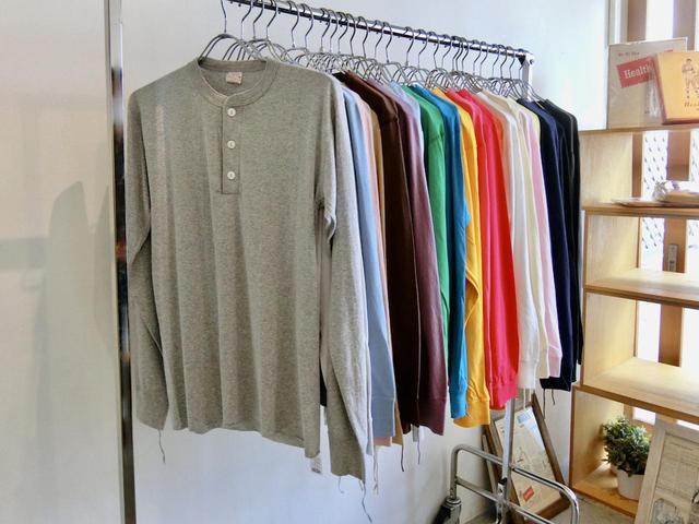 画像: ヘンリーネック 長袖Tシャツ各4300円(税抜)