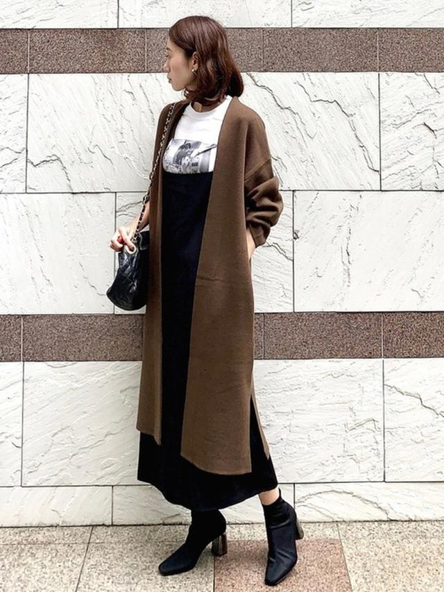 画像: 【SHIPS】Tシャツ¥4,950(税込)【socolla】スカート¥8,690(税込)【GU】カーディガン平均価格¥2,000~¥3,000【ZARA】ブーツ平均価格¥7,000~¥20,000 出典:WEAR