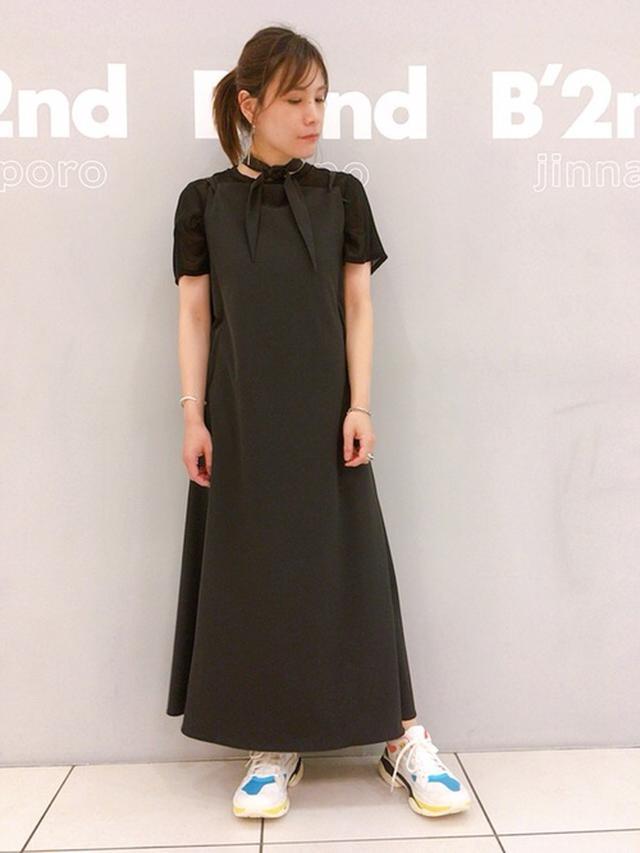 画像: 【REKISAMI】ワンピース¥48,400(税込)【BLAND BLACK】スニーカー¥34,100(税込)