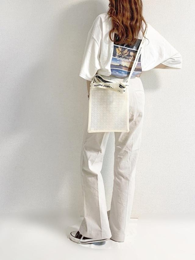 画像: 【GRL】Tシャツ1018円(税込)【SENSE OF PLACE】パンツ4290円(税込) 【beautiful people】バッグ1万3200円(税込)