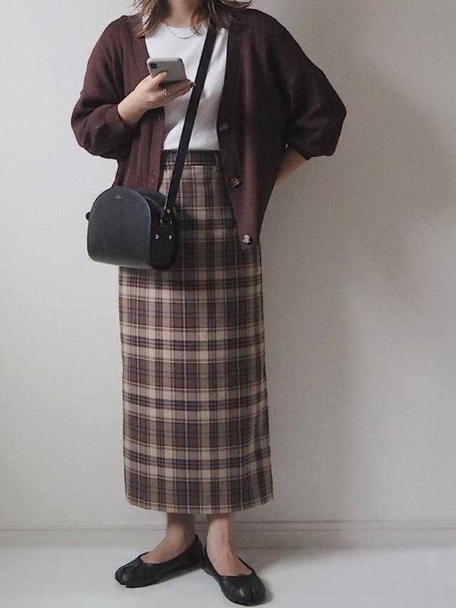 画像: 【GRL】リブVネックニットカーディガン¥1,299(税込)【GRL】Tシャツ参考価格¥500〜¥2,699(税込)【GU】チェックナロースカート¥2,189(税込)