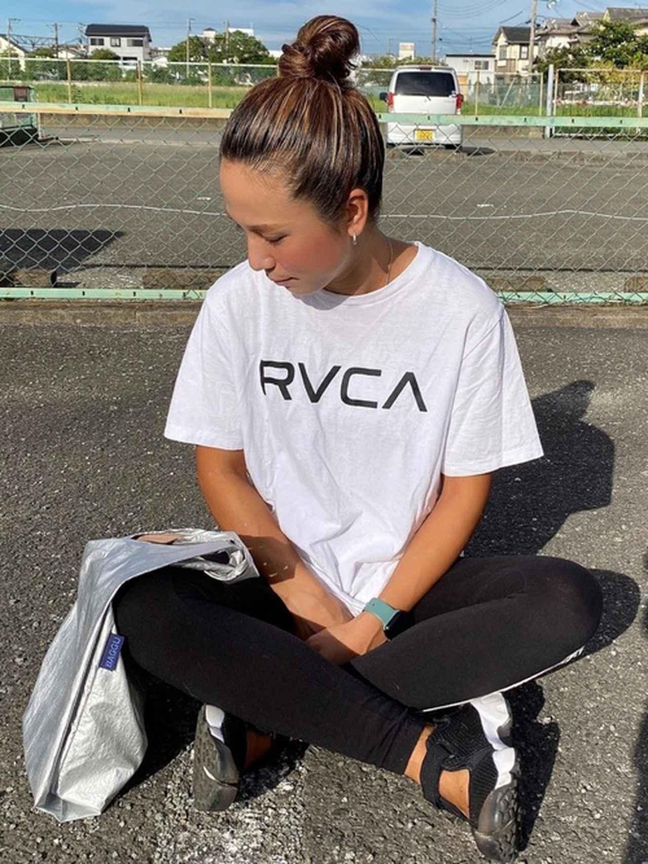 画像: 【BAGGU】エコバッグ2640円 【RVCA】ロゴTシャツ4400円 レギンス5500円 【NIKE】シューズ1万450円