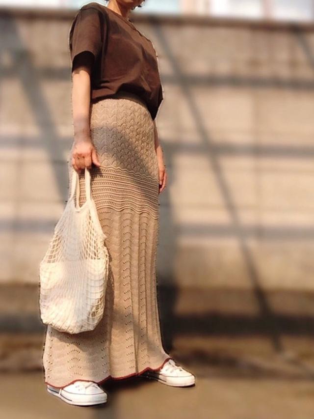 画像: 【Seria】バッグ110円(税込) 【UNIQLO】Tシャツ1100円(税込) 【TODAYFUL】ニットスカート1万5950円(税込)