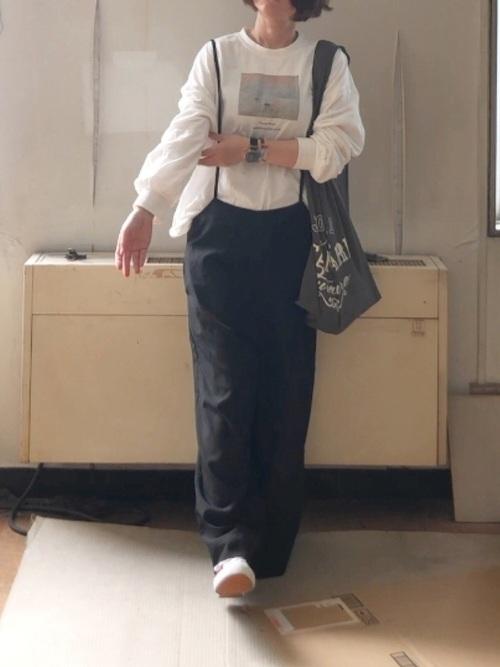 画像: 【ヒラキ】スニーカー1078円 【KOBE LETTUCE】サロペットワイドパンツ2390円 【journal standard Furniture】MARCHE BAG1210円