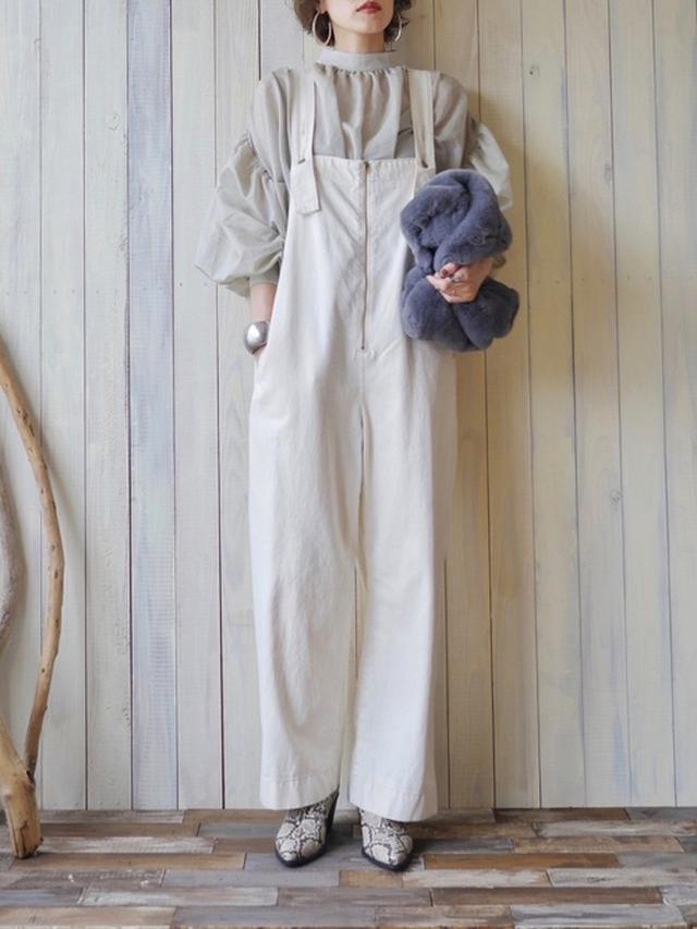 画像: 【ivory court】ファーバッグ4180円 【Solace】シフォンボリュームブラウス4290円 【SLOBE IENA】サロペット1万6500円