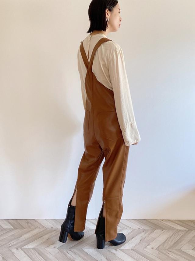 画像: 【MAISON SPECIAL】フェイクレザーサロペット¥22,000(税込)【TODAYFUL】ブラウス¥15,400(税込)【参考商品】ブーツ 出典:WEAR
