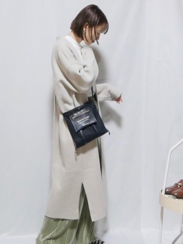 画像: 【GU】ニットロングガウン ¥3,289(税込) パンツ平均価格 ¥2,000~ 【beautiful people】ミニショルダーバッグ ¥22,000(税込)