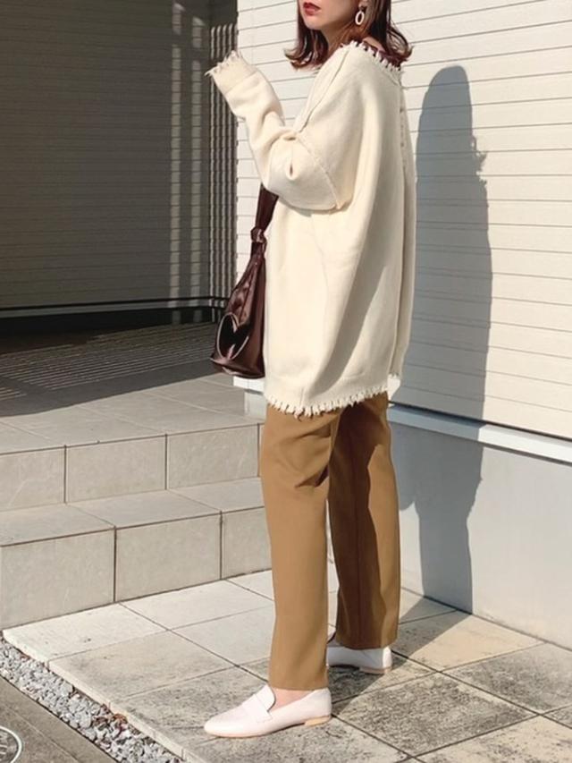 画像: 【Neuna】ニットカーディガン¥4,950(税込)ハンドバッグ¥3,960(税込)【apres jour mignon】パンツ¥2,995(税込)【SESTO】ローファー¥3,999(税込) WEAR