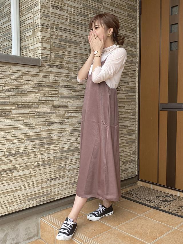 画像: 【CONVERSE】スニーカー¥4,950(税込)【GU】ワンピース¥2,189(税込)