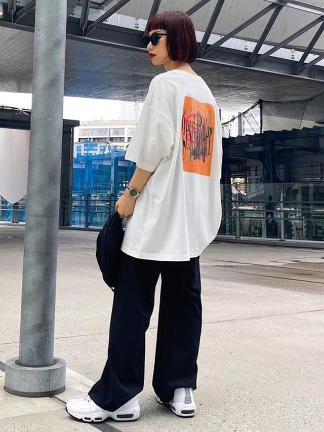 画像: 【PAGEBOY】Tシャツ¥3,960(税込)スラックス¥6,490(税込)【NIKE】スニーカー¥17,600(税込) 出典:WEAR
