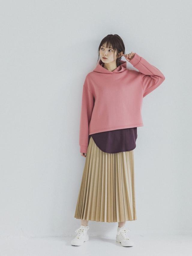 画像: 【ユニクロ】ウルトラストレッチドライスウェットプルパーカ ¥2,189(税込) プリーツロングスカート ¥3,289(税込)