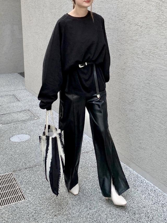 画像: 【CANAL JEAN】ラグランコットンロングTシャツ¥7,590(税込み)【UNITED TOKYO】レザーライクスリットパンツ¥17,600(税込み)