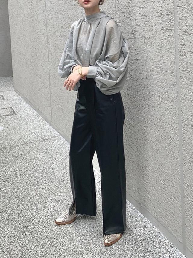 画像: 【Solace】シフォンボリュームブラウス4290円 【UNITED TOKYO】レザーライクスリットパンツ1万7600円