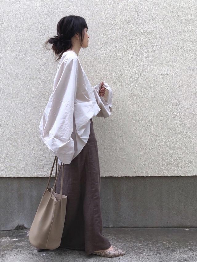 画像: 【IENA】シャツ¥14,300 (税込)【AmiAmi】¥2,790 (税込)【TODAYFUL】バッグ¥6,600 (税込)
