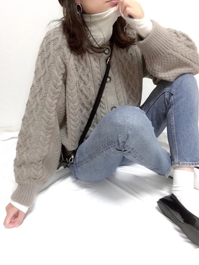 画像: 【GU】カーディガン¥2,739 (税込)【who`s who gallery】Tシャツ¥4,730 (税込)【MOUSSY】パンツ¥17,380 (税込)【AmiAmi】シューズ¥1,670 (税込)