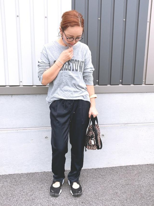 画像: 【Champion】ロゴTシャツ ¥4,290(税込) 【green label relaxing】パンツ ¥10,120(税込) 【NIKE】エアリフトブリーズ ¥10,450(税込) 【Drifter】ドローストリングポーチ ¥3,850(税込)