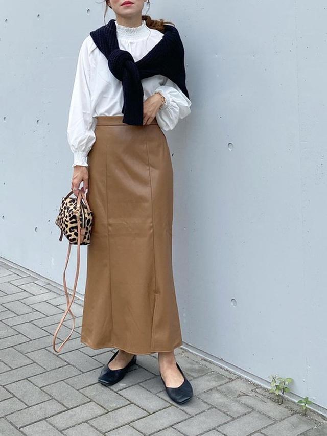 画像: 【UNFIELD】フェイクレザーマーメイドスカート ¥5,940(税込) シャーリングハイネックブラウス ¥4,950(税込) 【Demi-Luxe BEAMS】レオパードショルダーバッグ ¥29,700(税込)