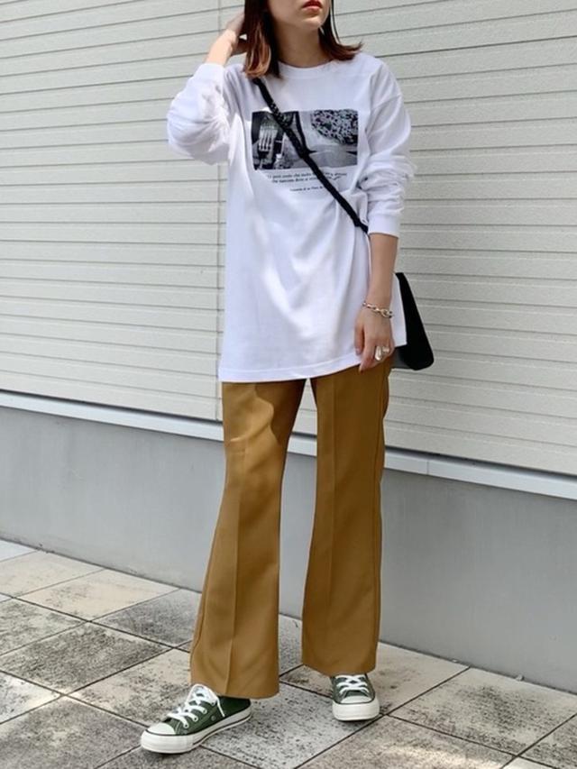 画像: 【Lian】フォトプリントロンT ¥5,500(税込) 【apres jour mignon】シュエットフレアパンツ ¥2,995(税込)