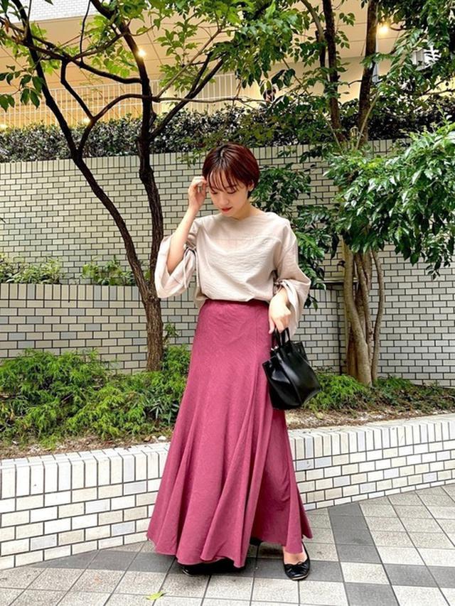 画像: 【FONCE】トップス¥14,355(税込)【Rouge vif】スカート¥15,950(税込)【YAHKI】バッグ¥23,980(税込)