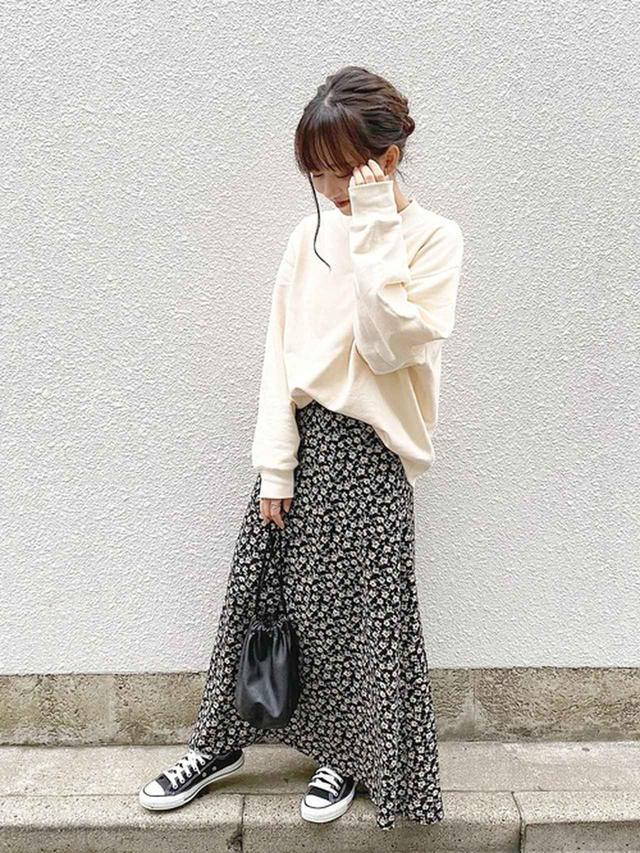 画像: 【ユニクロ】スウェット平均価格 ¥2,000~ 【tiptop】アソートAラインロングスカート ¥4,389(税込) 【UNE MANSION】フェイクレザーミニ巾着バッグ ¥4,400(税込)