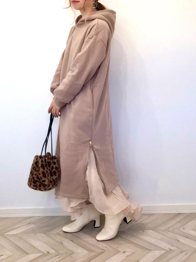 画像: 【GU】ブーツ平均価格 ¥3,000~ 【GeeRA】裾ファスナーパーカーワンピース ¥2,189(税込) 【An3pocket】箔プリントスカート ¥3,630(税込)