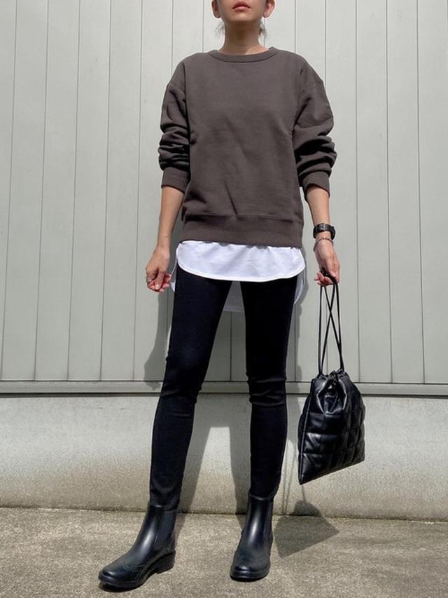 画像: 【ユニクロ】スウェットクルーネックシャツ ¥3,289(税込) 【LOWRYS FARM】キルティングキンチャクBAG ¥3,850(税込)