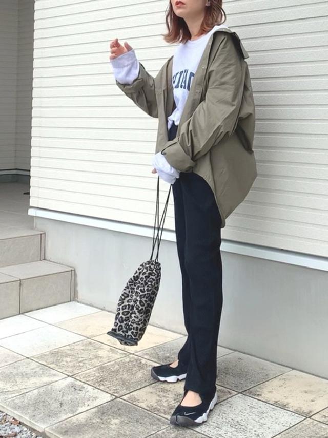 画像: 【LEPSIM】巾着バッグ ¥2,200(税込) 【DHOLIC STYLE】CHICAGOスウェット ¥3,366(税込) 【DHOLIC】ボクシーシャツ ¥2,970(税込) 【LOWRYS FARM】カットリブパンツ ¥3,850(税込)