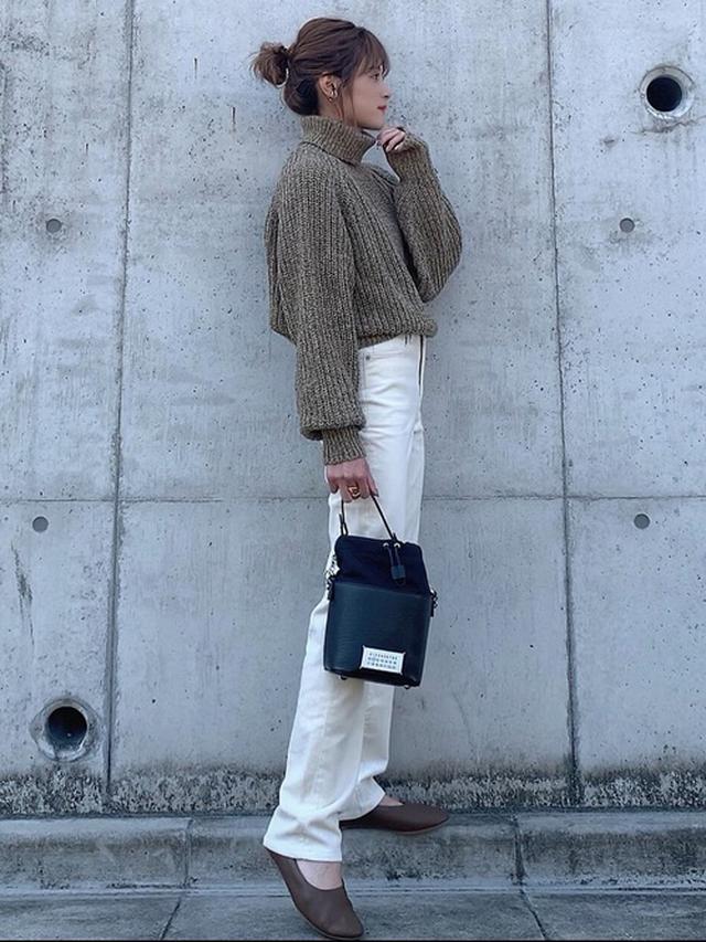画像: 【ユニクロ】ローゲージタートルネックセーター ¥4,389(税込) ジーンズ平均価格 ¥4,000~