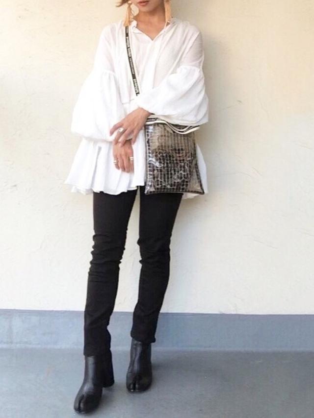 画像: 【Honeys】スリムカラースキニ― ¥2,016(税込) 【KOH.style】ブラウス平均価格 ¥8,000~ 【beautiful people】ビニールサコッシュバッグ ¥9,900(税込) 【SVEC】足袋ブーツ ¥7,040(税込)
