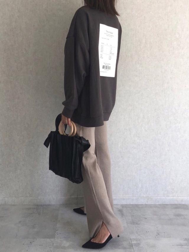 画像: 【copine】バックプリントスウェット ¥4,290(税込) フレアニットリブパンツ ¥2,750(税込) プリーツデザイン2WAY BAG ¥4,290(税込)