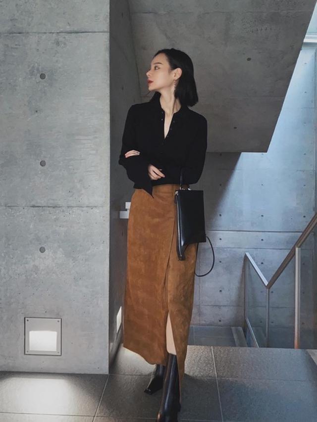 画像: 【ANT】スウェードタックスカート¥9,9008(税込み)袖スリットリブニットシャツ¥7,700(税込み)【Acne Studios】サイドゴアブーツ