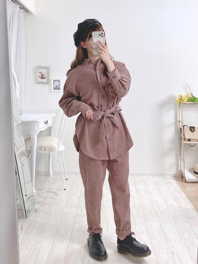 画像: 【GU】コーデュロイベルテッドオーバーサイズシャツ ¥1,639(税込) ライトコーデュロイタックテーパードパンツ ¥2,189(税込) 出典:WEAR