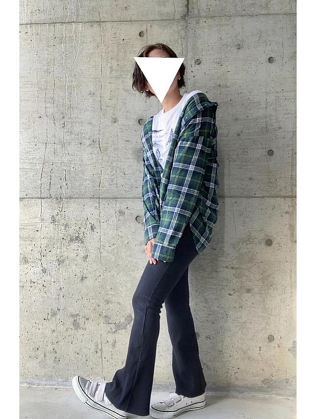 画像: 【GU】シャツ平均価格 ¥2,000~ 【EMODA】コルセットマークフィットフレアパンツ ¥7,590(税込) 出典:WEAR