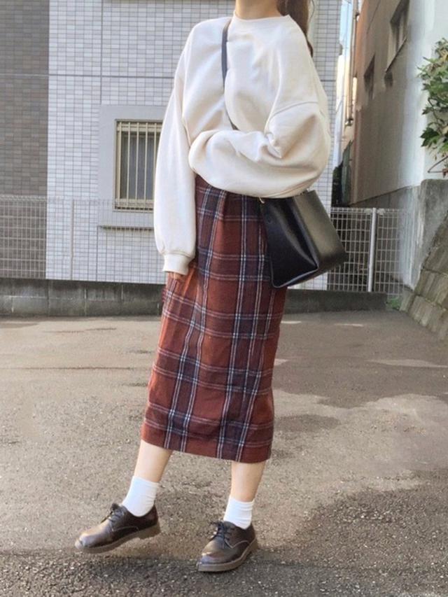 画像: 【GU】オーバーサイズスウェットプルオーバー ¥2,189(税込) 【LOWRYS FARM】スカート平均価格 ¥5,000~ 【nano・universe】2wayミニトートバッグ ¥4,290(税込) 出典:WEAR